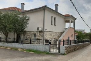 STARIGRAD-PREKRASANA KUĆA S APARTMANIMA 100 M OD MORA (LOKACIJA )!!!