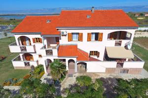 PRIVLAKA- Poslovno -stambeno imanje s apartmanima (LOKACIJA)!!!