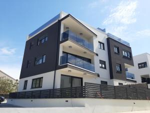 Žmirići, luksuzan apartman sa bazenom na krovnoj terasi