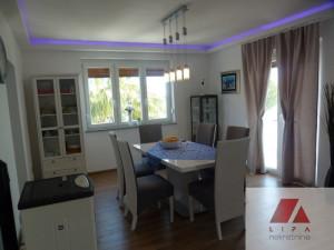 Borik, trosoban stan sa garažom  i vrtom uz more
